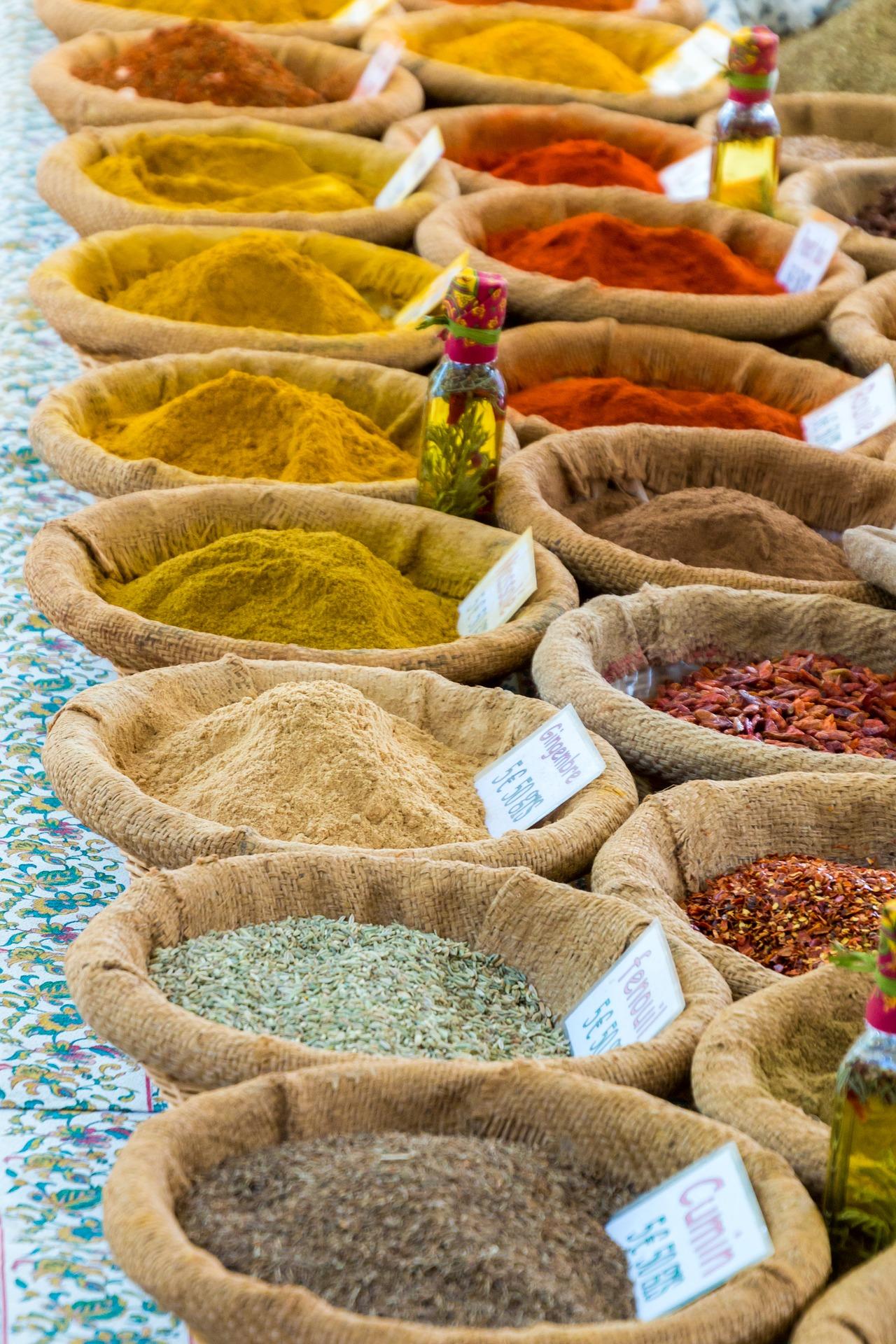 Erbe e spezie. Sacchetti di varie spezie sul banco di un mercato